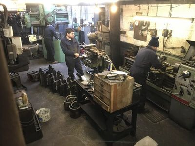Lots of activity in the machine shop. Nigel machines the horn guide bolts on the lathe, Matt machines the bronze inserts for the trailing axleboxes and Elliot machines the second rocker bearing.